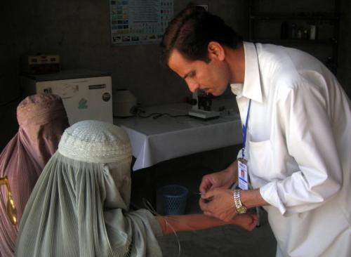 阿富汗坎大哈市内,一家医院的医疗人员正在给当地妇女抽血检验。