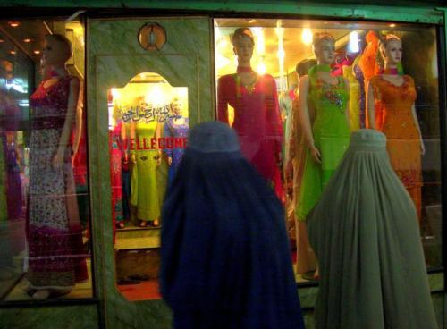 坎大哈市集内一家女服店,许多当地妇女在节庆时,暗色长袍下都穿戴着色彩鲜艳、带刺绣定珠片的华丽衣裳。