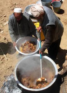阿富汗山区村民为一场婚礼,集体做手抓饭宴客。