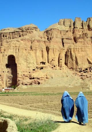 巴米扬大佛被炸毁后留下个大窟窿。