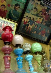 一家向运动员致敬的主题茶馆内,墙上挂满了著名伊朗运动员的老照片;茶馆内还有琳琅满目的小饰物和装潢。