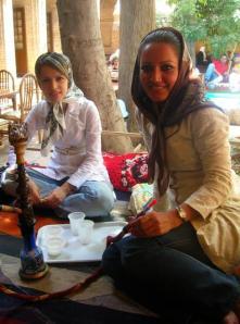 穿戴时髦的伊朗女性,不顾当地法律规定,在茶馆内抽水烟。
