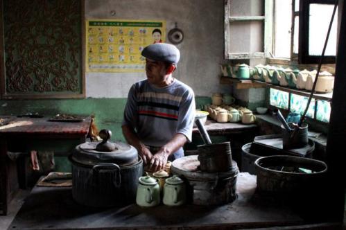 喀什老城区里一家传统维吾尔族茶馆。