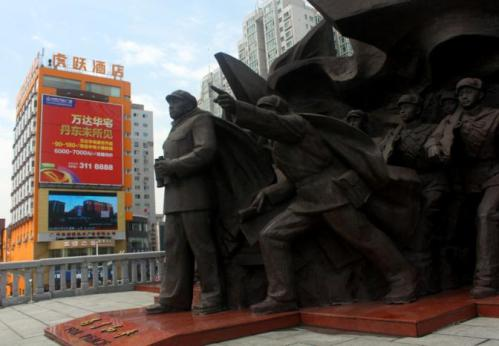鸭绿江断桥上的红军塑像。
