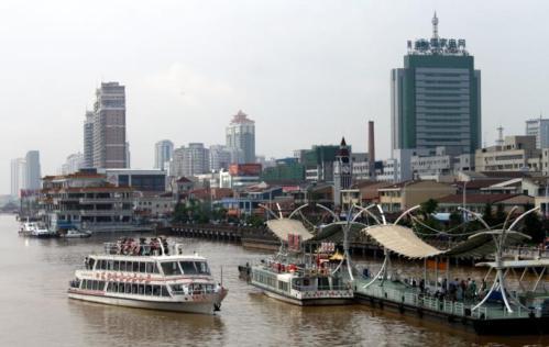 高楼林立的丹东一片繁华景象。