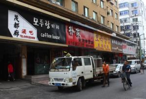 丹东市里许多商店都有韩语招牌,这里还有许多朝鲜风味饭馆。