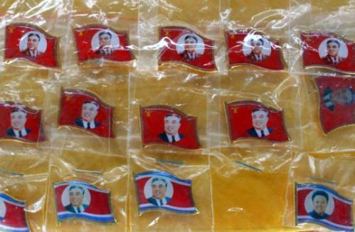 朝鲜风的旅游纪念品--领导人头像的胸章。