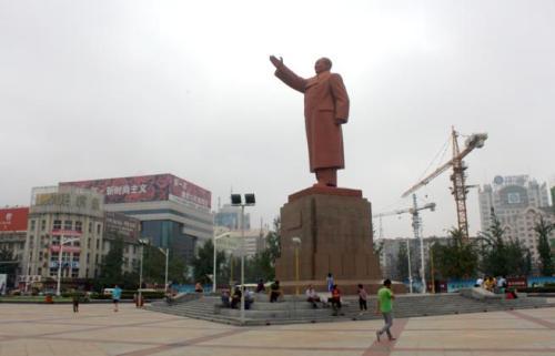 """丹东火车站前的毛主席塑像,当地人称之为""""毛主席打的像""""(叫出租车的意思)。"""