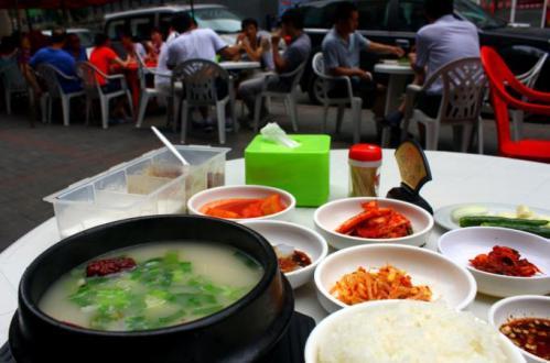朝鲜饭馆和韩国餐厅很相似,单点一道汤饭,也会附送很多小菜。