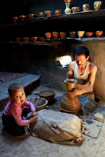 高台民居社区内,一家传统手工制作陶器的人家。